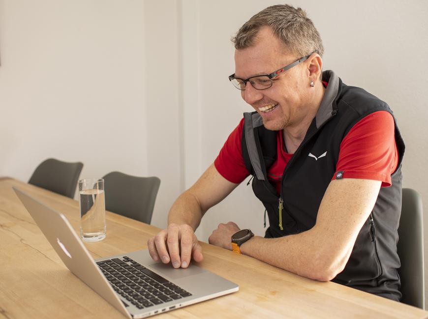 Adrian Broder am Laptop